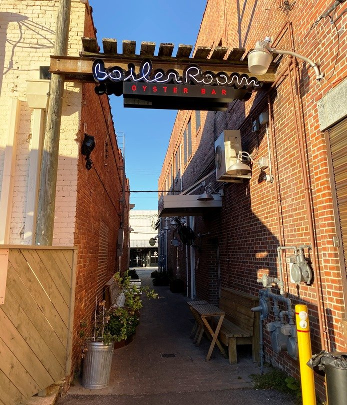 Alleyway leading to the Boiler Room in Kinston - nctriangledining.com